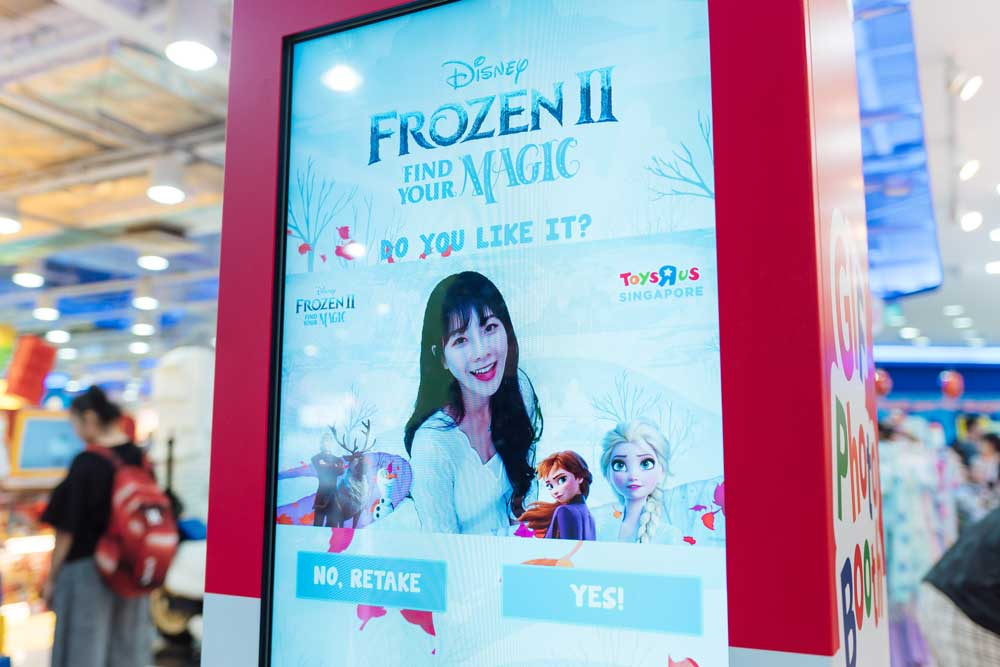 Toys'R'Us-Frozen-Green-Screen-Photo-Booth006