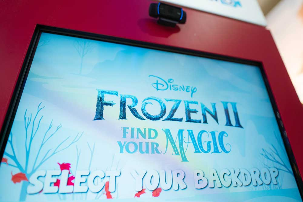 Toys'R'Us-Frozen-Green-Screen-Photo-Booth026